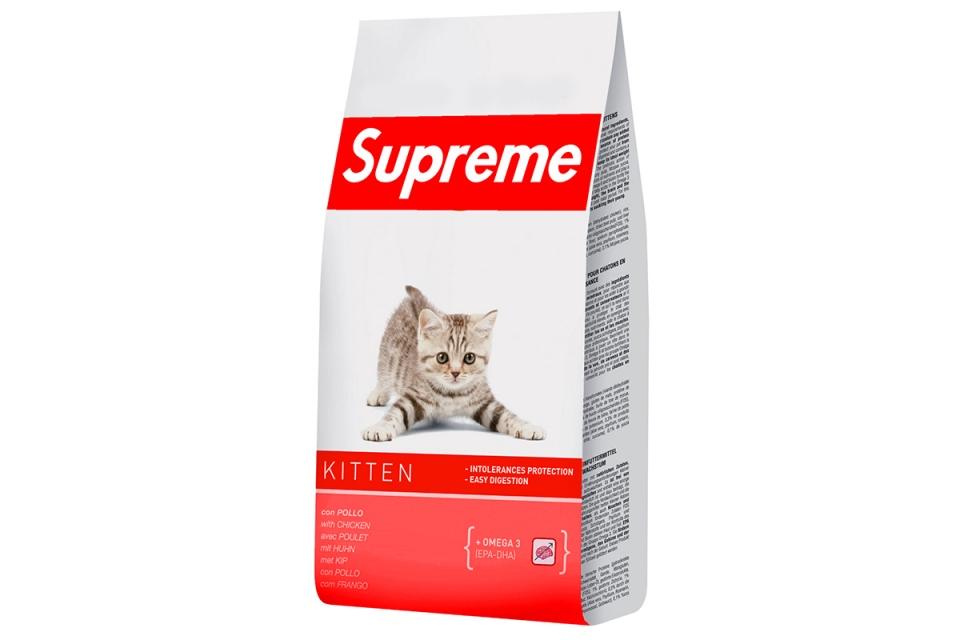 CROCCHETTE PER GATTI: Anche i vostri miciotti meritano di essere invidiati dai vostri amici.  La cosa importante è che queste crocchette sono prive di appetenti, basta il logo Supreme per invogliare i gatti a volerne sempre di più.