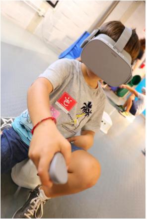 Bambini sperimentano il videogame vr per imparare l'educazione finanziaria